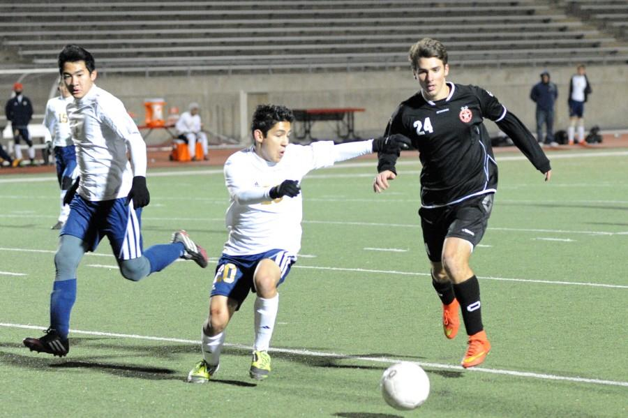 Senior+Colten+Clark+dribbles+past+an+El+Paso+Coronado+in+their+match+on+Friday%2C+Jan.+9.+Coppell+won+the+match+1-0.+Photo+by+Sarah+VanderPol