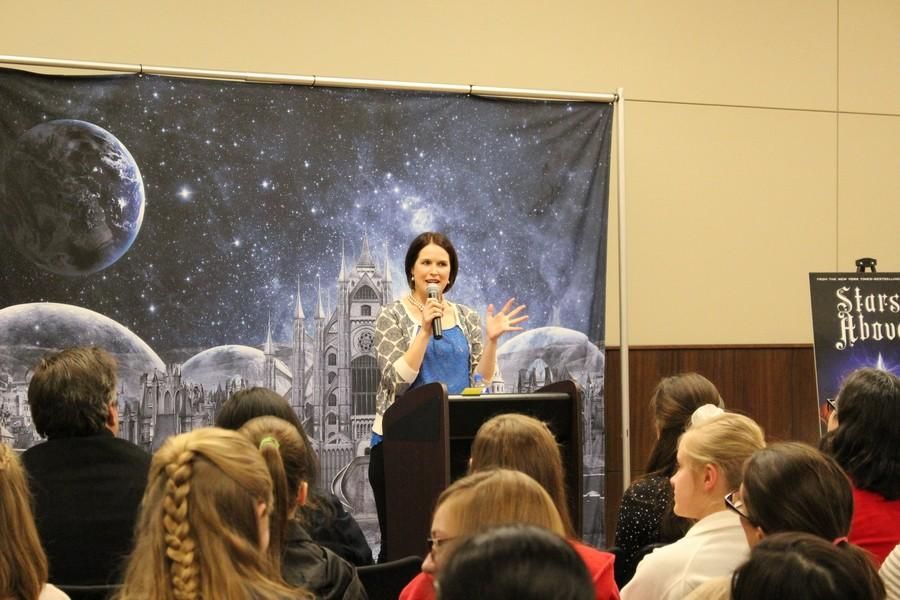 Young+adult+novelist+Marissa+Meyer+speaks+to+fans+during+her+Texas+stop+of+the+Stars+Above+Tour.+Meyer+came+to+Irving+on+Saturday+to+speak+about+her+newest+novel%2C+Stars+Above%2C+which+is+set+in+the+same+world+as+her+popular+series%2C+The+Lunar+Chronicles.+Meyer+also+announced+that+she+will+be+writing+graphic+novels+based+on+The+Lunar+Chronicles+in+the+upcoming+months.+Photo+by+Kelly+Monaghan.