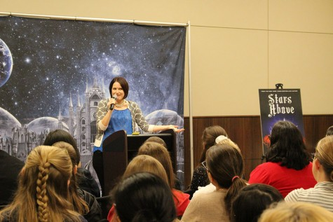 Young adult novelist Marissa Meyer visited the South Irving Library on Saturday to talk about her newest novel, Stars Above. Stars Above is set in the same world as her popular series The Lunar Chronicles, and is a collection of short stories.
