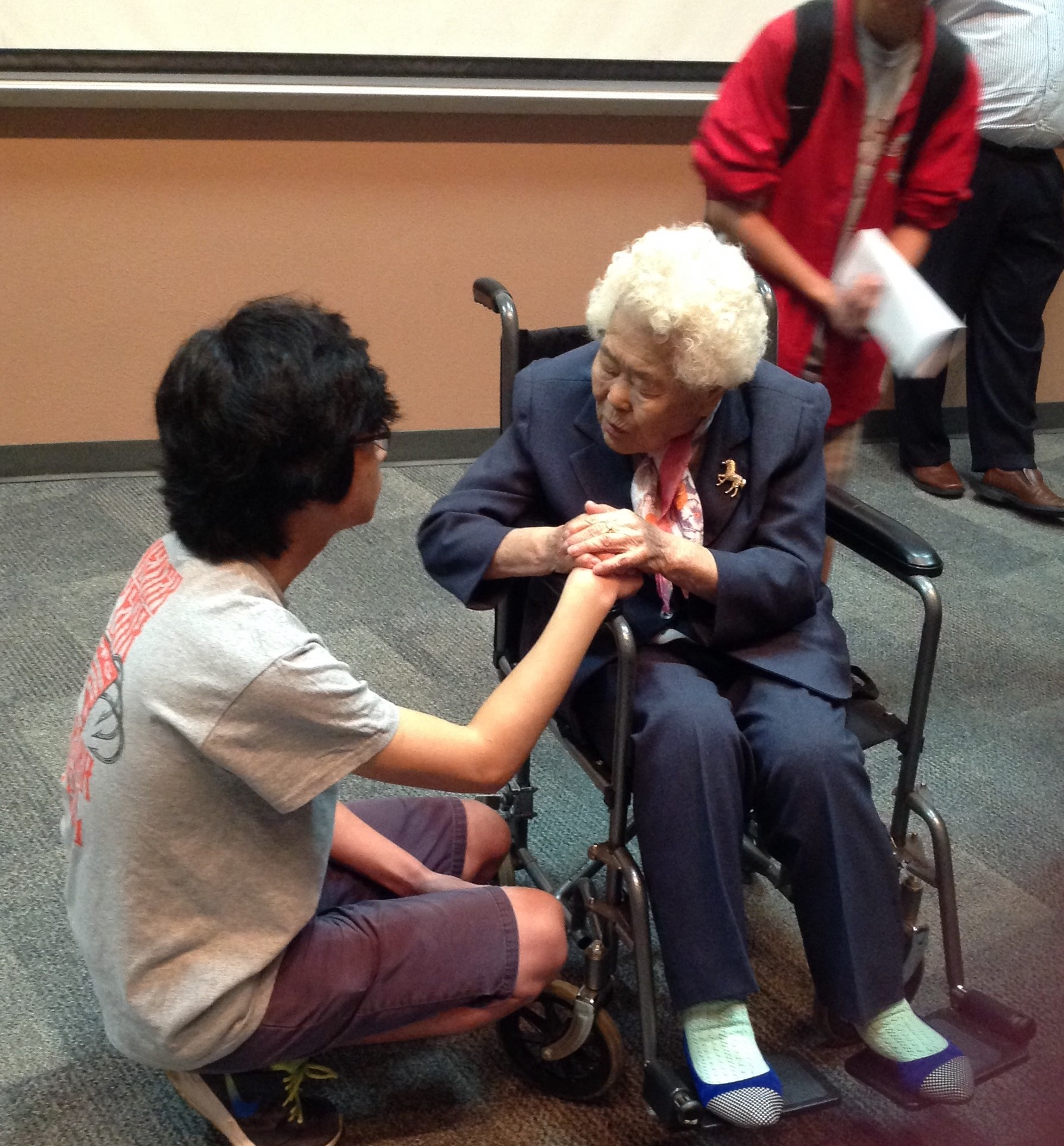 War survivor Lee Ok-Seon holds hands and talks personally with CHS junior Duyoung Cho.