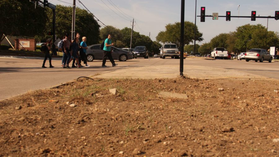 Coppell High School students walk across Denton Tap Road on Friday, September 9th. Photo by Sofía Guerrero