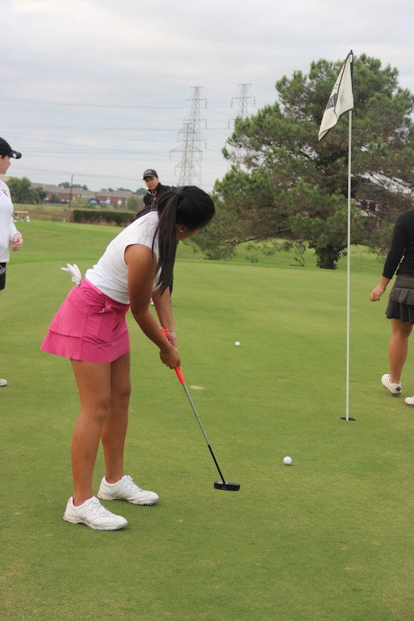 Coppell+High+School+freshman+Alyson+Immanivong+practices+her+swing+on+Wednesday+at+Riverchase+Golf+Course.+Immanivong+has+been+golfing+for+four+years+and+is+the+only+current+freshman+on+the+varsity+golf+team.+