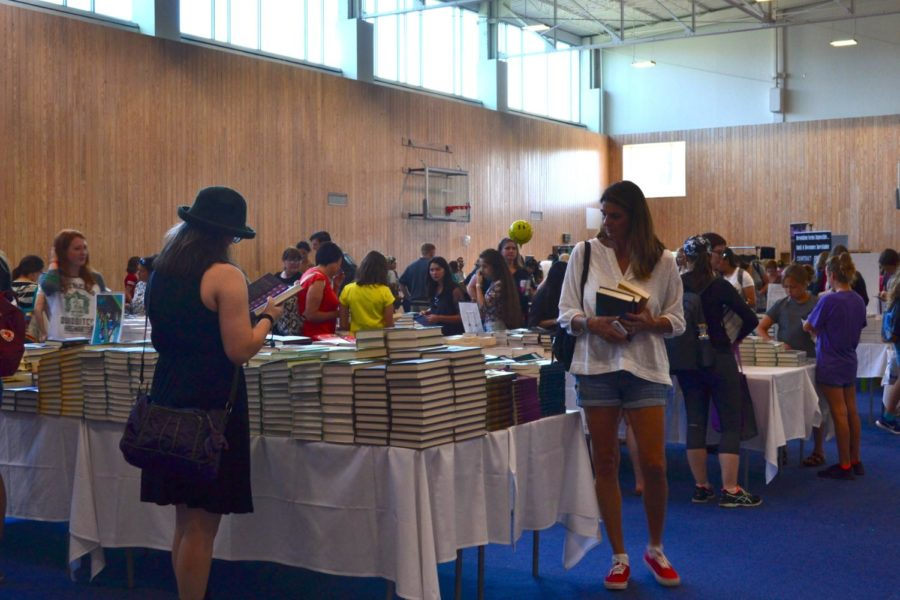 Texas+Teen+Book+Festival+attendees+browse+for+books+before+the+festival+starts+on+Oct.+7+at+St.+Edward%E2%80%99s+University.+Books+were+sold+throughout+the+day+by+BookPeople+so+festival+attendees+could+have+them+signed+and+personalized+by+their+favorite+authors.+