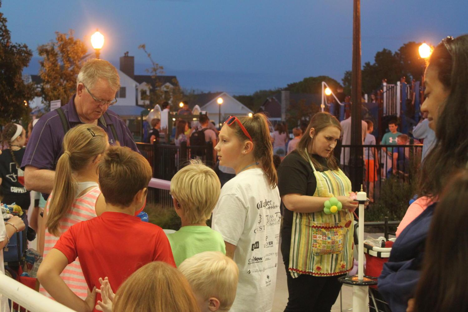 Last+Saturday%2C+Sept.+30%2C+the+annual+Food+Truck+Frenzy+was+held+at+The+Square+at+Old+Town%2C+768+W.+Main+Street+from+5-9+p.m.+Many+kids+gather+towards+the+shed+at+The+Square+at+Old+Town+to+get+their+balloon+art+and+enjoy+the+evening.+