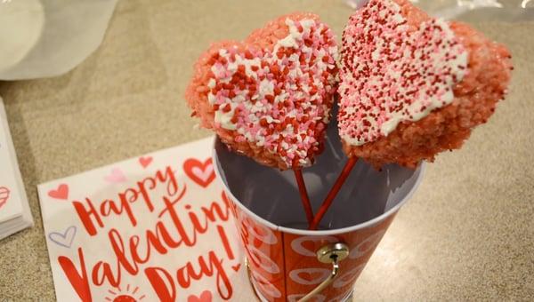 How to make Valentine's day Rice Krispie lollipops