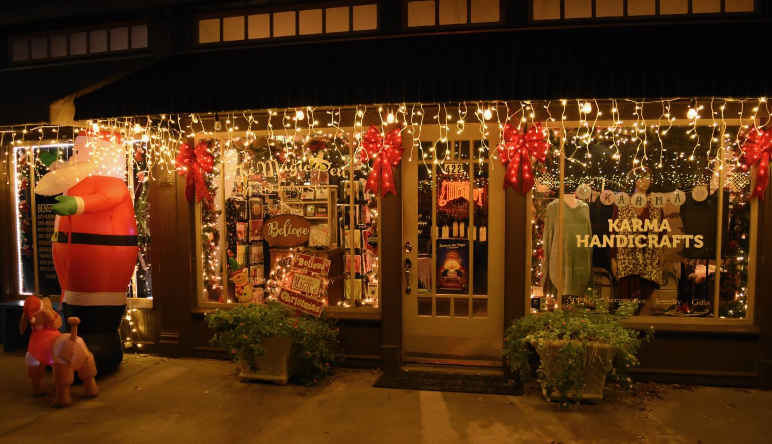 Along+Main+Street+of+Grapevine%2C+storefronts+sparkle+with+lights+and+festive+Christmas+decorations+to+celebrate+the+holiday+season.+Grapevine+is+known+for+its+name+%E2%80%9CThe+Christmas+Capital+of+Texas%E2%80%9D+for+their+annual+decorations%2C+parade%2C+and+the+North+Pole+Express+train.