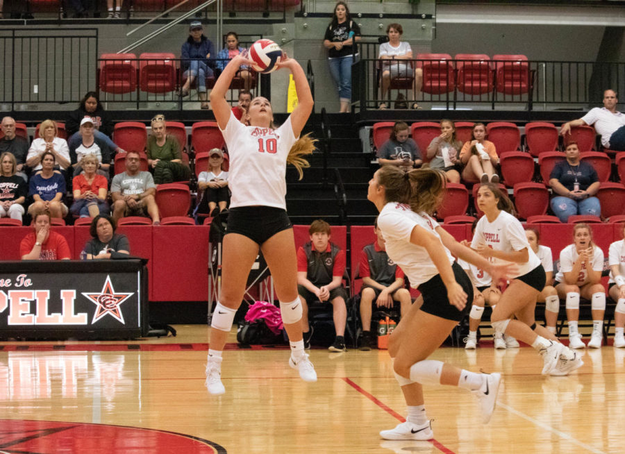 Coppell+senior+setter+Kinsey+Bailey+sets+during+last+week%E2%80%99s+volleyball+match+against+McKinney+at+the+CHS+Arena%2C+a+25-23%2C+25-21%2C+34-32+Cowgirls+victory.+The+Cowgirls+play+Arlington+Martin+tonight+at+6%3A30+at+home.