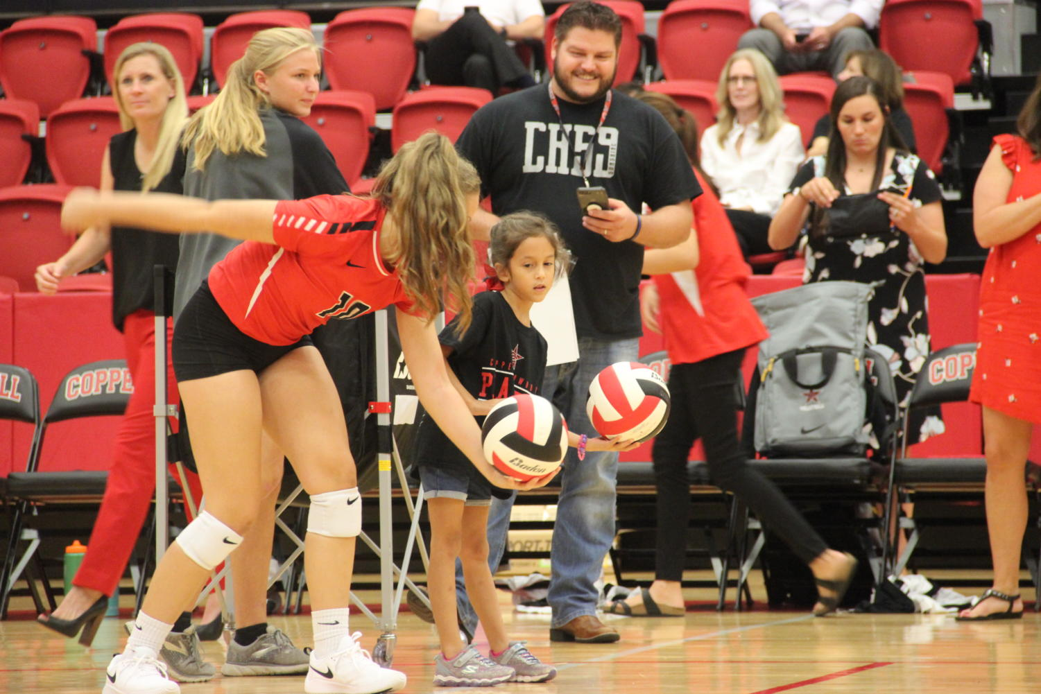 Coppell+JV+volleyball+players+help+elementary+school+students+serve+to+win+T-shirts.+The+Coppell+volleyball+team+hosted+Elementary+Night+on+Tuesday+in+the+CHS+Arena+before+the+varsity+match+against+Arlington+Martin.