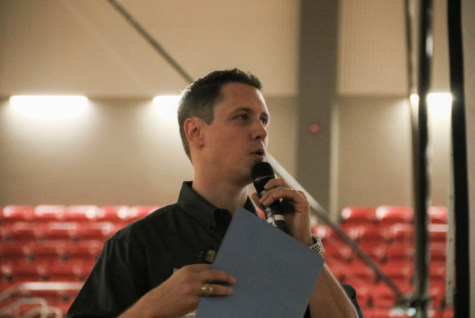 Jostens representative Chris Harper speaks to the Coppell High School senior class. Photo by Lilly Gorman.