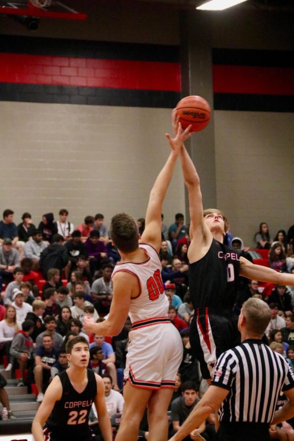 Coppell+senior+forward+Clayton+Hunter+tips+off+for+the+first+possession+of+the+game+against+Rockwall+on+Nov.+22+in+the+Classic+Chevrolet+Coppell+Showcase.+The+Cowboys+came+out+on+top+by+defeating+Garland%2C+76-40%2C+Lamar%2C+65-61%2C+Rockwall%2C+61-30+and+Bishop+Lynch%2C+72-40%2C+but+lost+to+Ellison%2C+63-60.