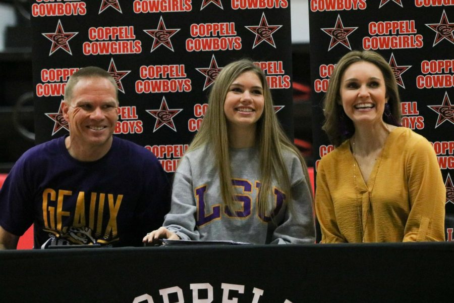 Coppell+senior+Shelby+Spoor+signs+to+Louisiana+State+University+for+track+and+cross+country+beside+her+parents%2C+Coppell+boys+golf+and+assistant+cross+country+coach+Jason+Spoor+and+Leia+Spoor%2C+in+the+CHS+Arena+on+Feb.+5.+Spoor+signed+to+LSU+after+considering+various+offers+from+universities+throughout+Texas.+