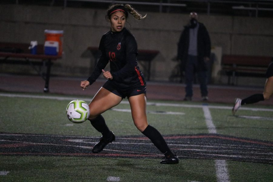 Coppell+junior+midfielder+Renata+Vargas+looks+for+an+open+teammate+against+Mansfield+at+Buddy+Echols+Field+on+Tuesday.+Vargas+verbally+committed++to+The+University+of+Texas+Rio+Grande+Valley+on+Sept.+7.