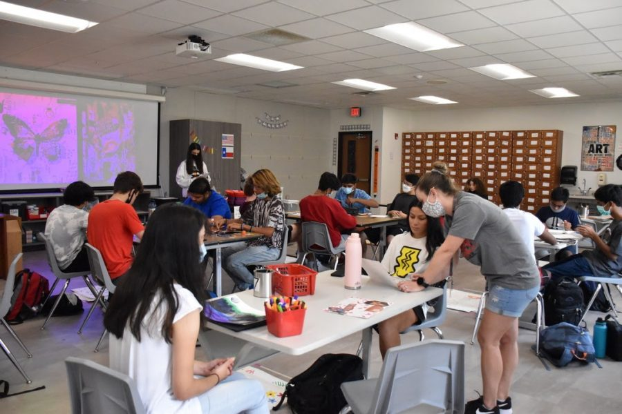 Coppell High School visual arts teacher Sarah Williams assists students in her seventh period art I class on Sept. 3. Williams is a new teacher at CHS and previously taught in Fort Worth ISD for six years.